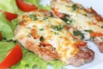 Отбивные из свинины под сыром и помидорами