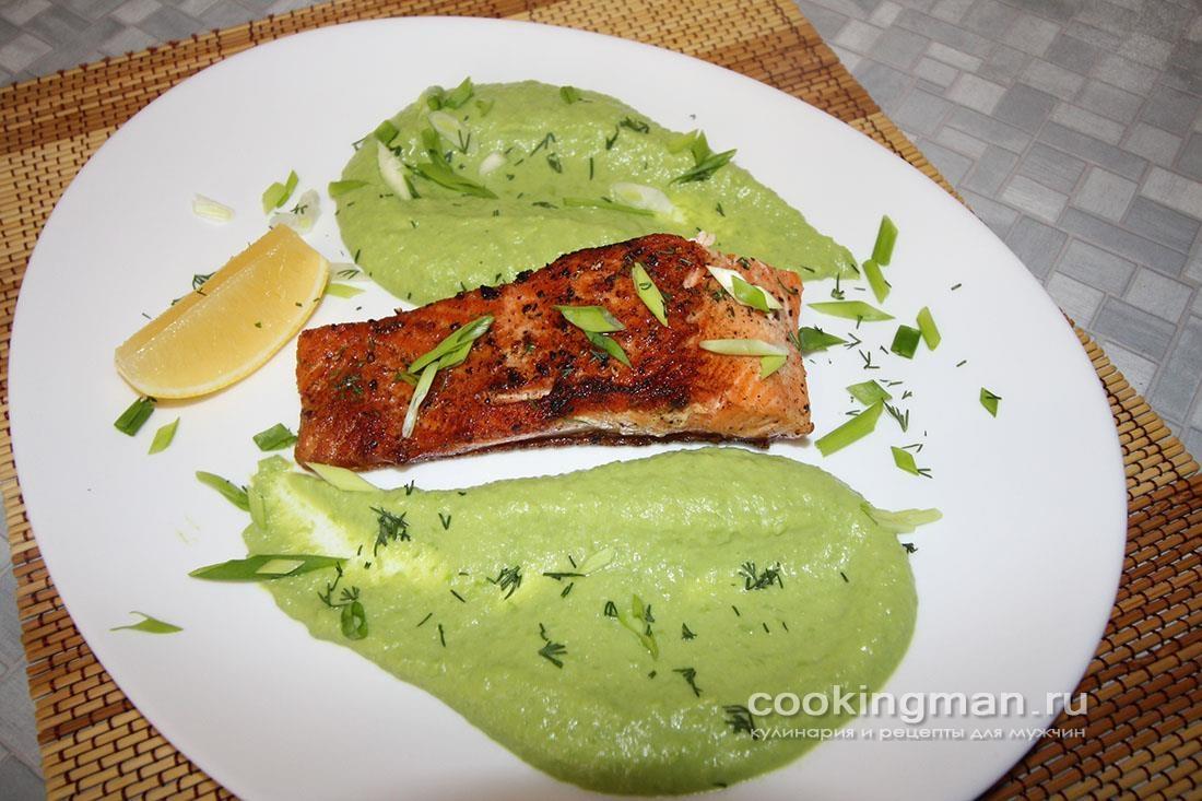 Жареная форель с пюре из зеленого горошка